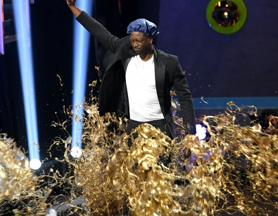 Dwyane Wade gets slimed while accepting the Legend Award